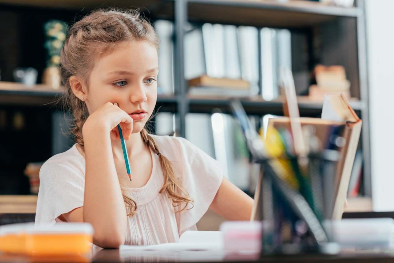 petite fille qui fait ses devoirs